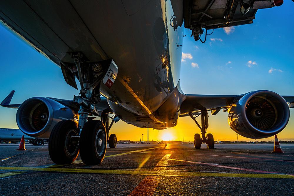 Flugzeugunterseite bei Sonnenuntergang