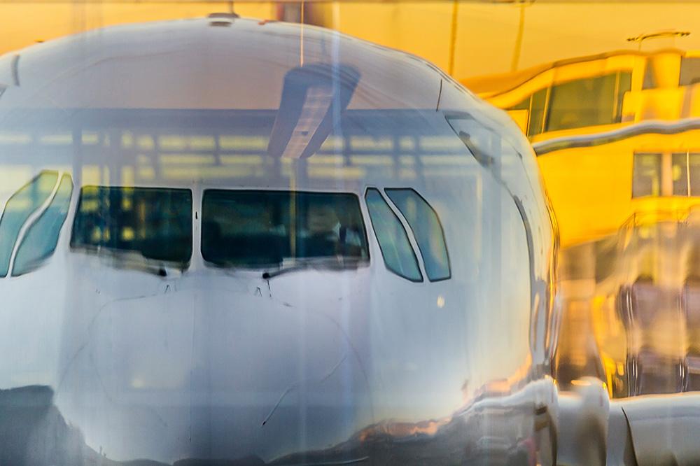 Flugzeug vor gelbem Hintergrund