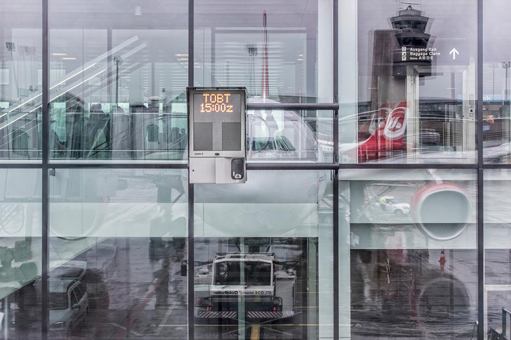 Flugzeuge spiegeln sich in der Scheibe eines Terminals